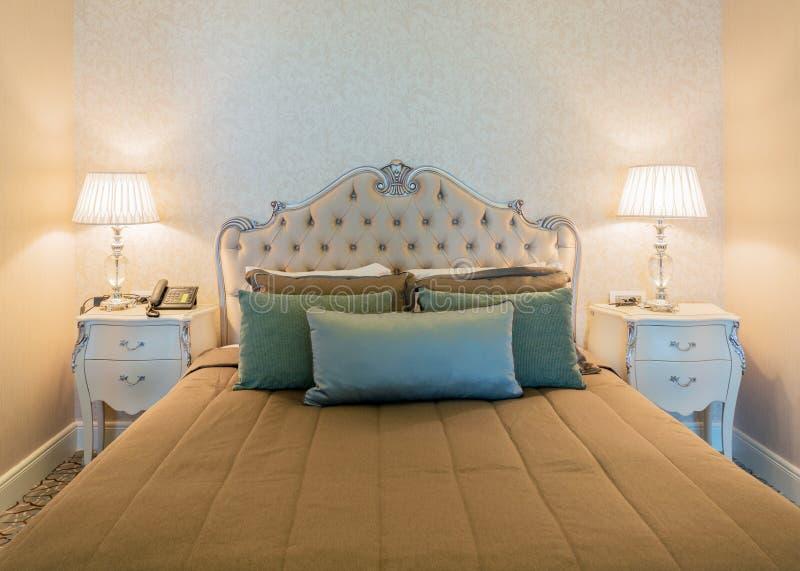Δωμάτιο ξενοδοχείου με το σύγχρονο εσωτερικό στοκ εικόνες με δικαίωμα ελεύθερης χρήσης
