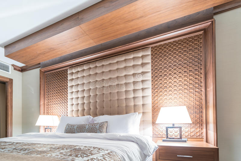 Download Δωμάτιο ξενοδοχείου με το σύγχρονο εσωτερικό Στοκ Εικόνες - εικόνα από φω, μοτέλ: 62707922
