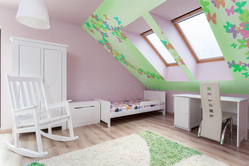 Δωμάτιο παιδιού στη σοφίτα στοκ φωτογραφία