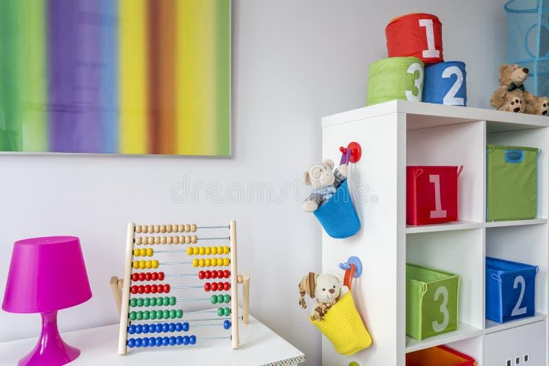 Δωμάτιο παιδιών με τη ζωηρόχρωμη ζωγραφική στοκ εικόνα