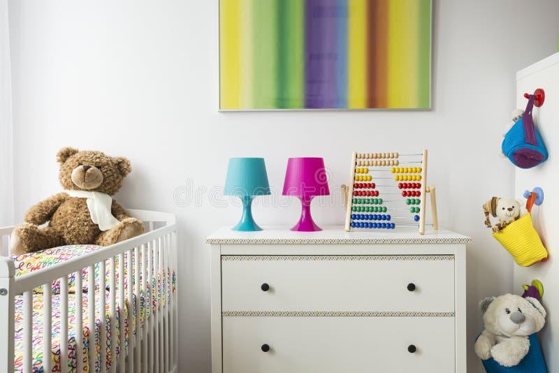 Δωμάτιο παιδιών με το λίκνο, στήθος των συρταριών στοκ φωτογραφία με δικαίωμα ελεύθερης χρήσης