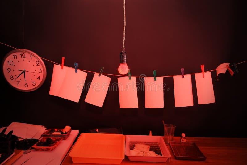 Δωμάτιο που εξοπλίζεται σκοτεινό κάτω από το εργαστήριο φωτογραφιών στοκ εικόνες