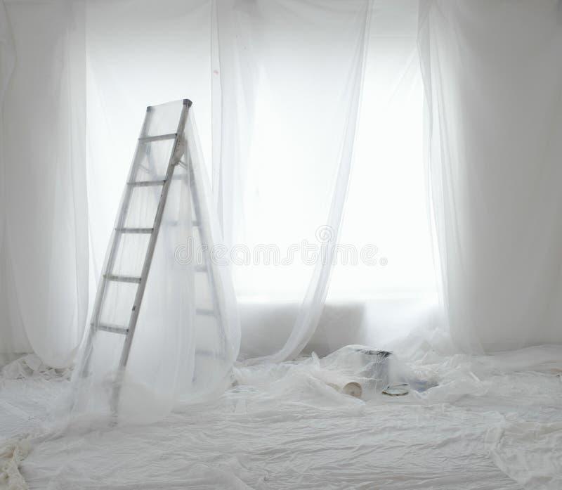 Δωμάτιο που καλύπτεται κενό στα φύλλα σκόνης στοκ φωτογραφία με δικαίωμα ελεύθερης χρήσης