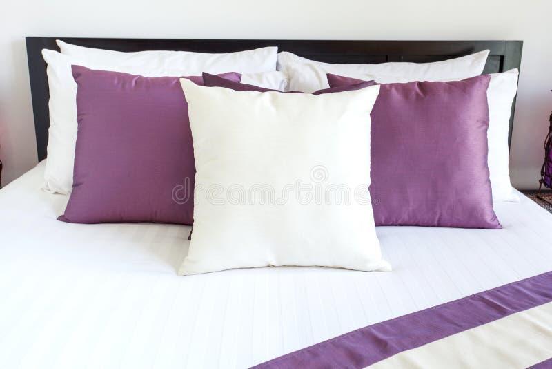Δωμάτιο πολυτέλειας που θέτει με το κρεβάτι και τα μαξιλάρια στοκ εικόνα