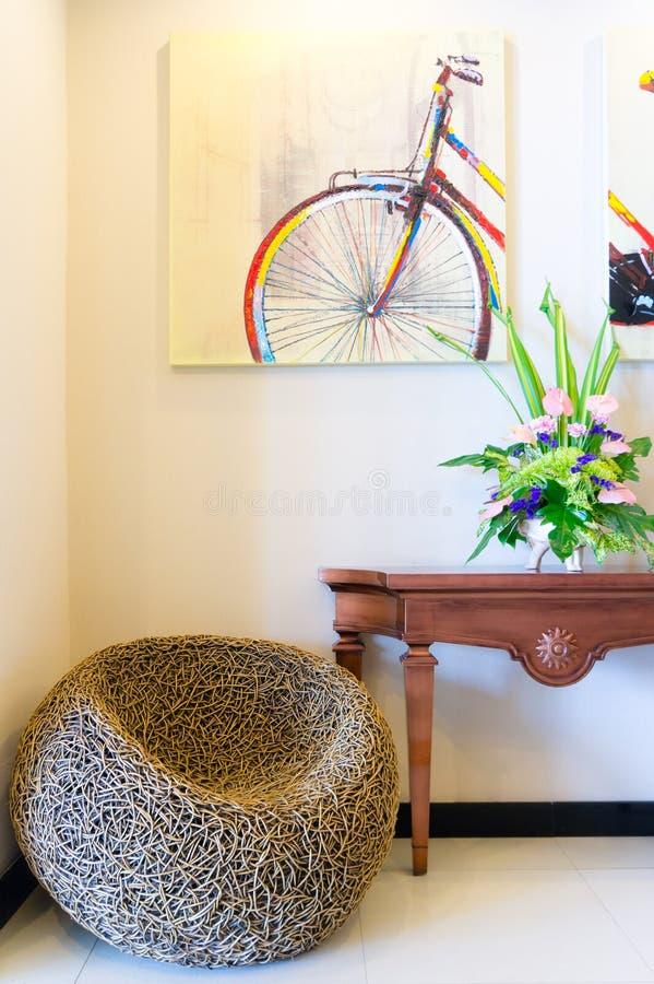 Δωμάτιο στο σπίτι πολυτέλειας με τα ψάθινα έπιπλα στοκ φωτογραφία με δικαίωμα ελεύθερης χρήσης