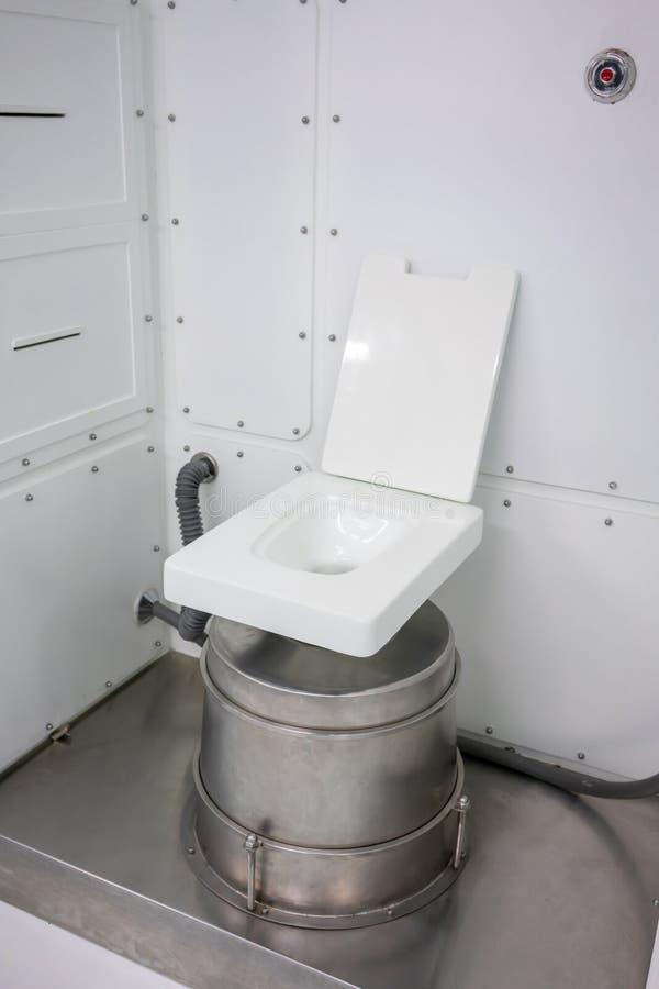 Δωμάτιο τουαλετών μέσα στο διαστημικό σταθμό Κενή τουαλέτα με έναν κόπο στοκ φωτογραφίες