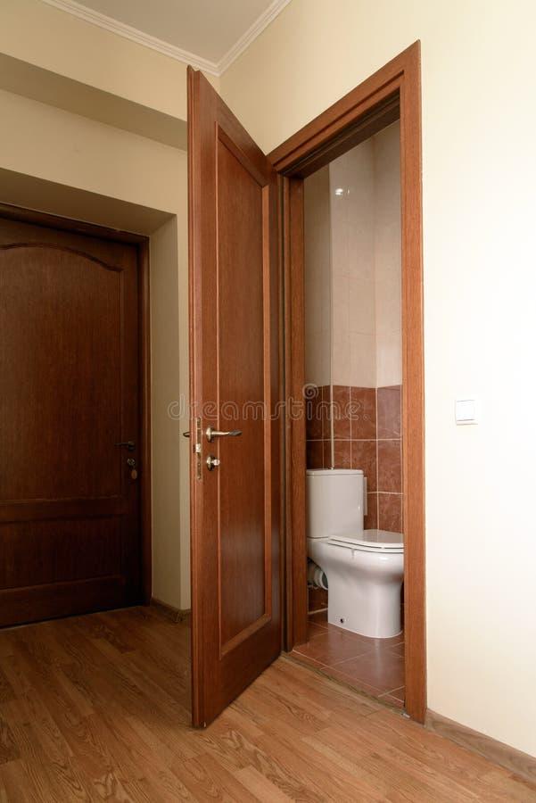 Δωμάτιο τουαλετών στο ξενοδοχείο προϋπολογισμών στοκ εικόνες