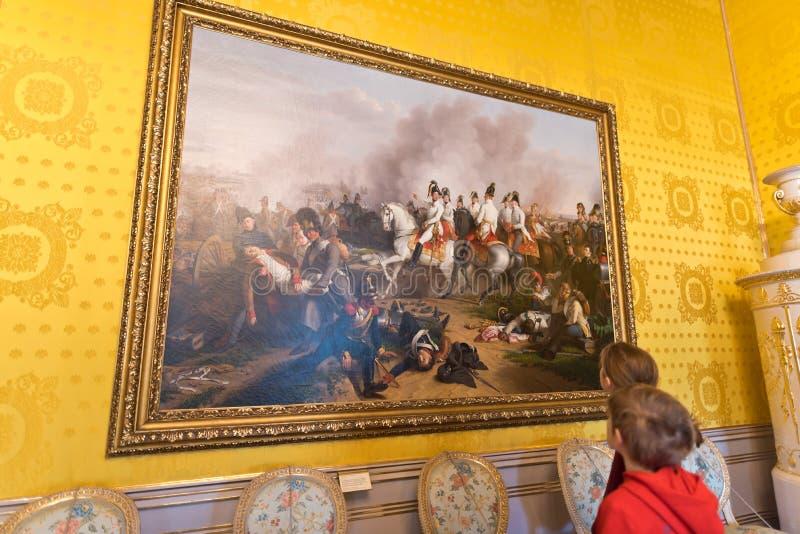 Δωμάτιο υποδοχής, παιδιά που εξετάζει τη ζωγραφική στοκ φωτογραφία με δικαίωμα ελεύθερης χρήσης