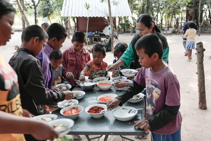 Δωρεά των τροφίμων στα παιδιά στοκ εικόνα