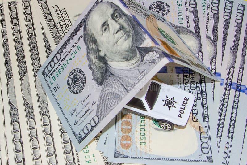 Δωροδοκία αστυνομίας στα χρήματα στοκ εικόνες