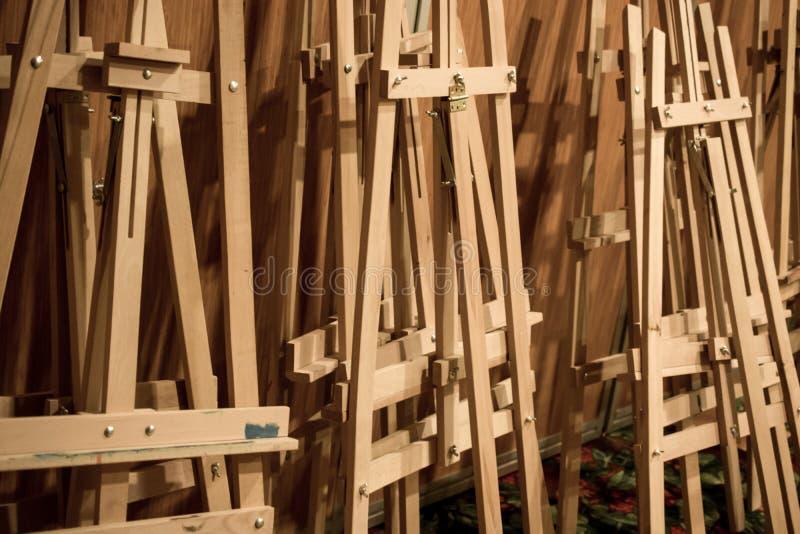 Δωδεκάδες ξύλινα easels στοκ φωτογραφία με δικαίωμα ελεύθερης χρήσης