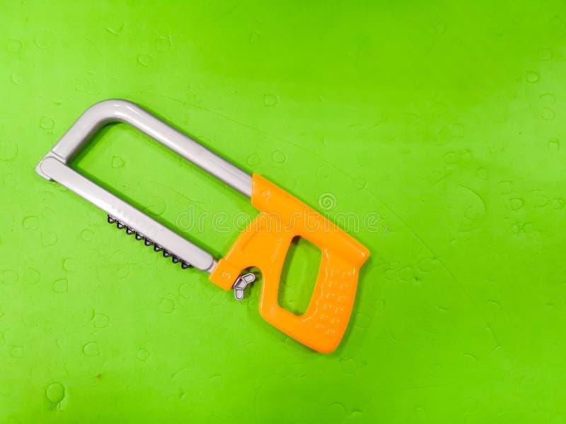 Δόλωμα παιδιών, σε ένα πράσινο υπόβαθρο Εργαλείο για το παιδί, επισκευαστής detsky, ανάπτυξη για τα παιδιά, που προετοιμάζουν το  στοκ εικόνες