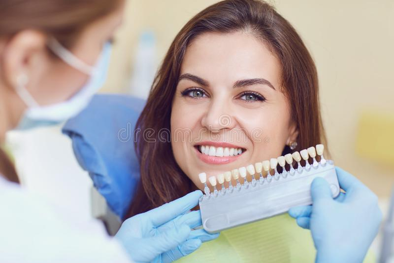 Δόντια που λευκαίνουν την οδοντική κλινική στοκ εικόνα