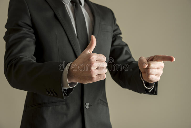 Δόσιμο επιχειρηματιών αντίχειρες επάνω θετική ψηφοφορία για να παρουσιάσει approva του στοκ εικόνες με δικαίωμα ελεύθερης χρήσης