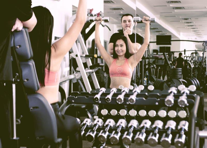 Δύο άνθρωποι που κάνουν την άσκηση ικανότητας στη γυμναστική στοκ εικόνες