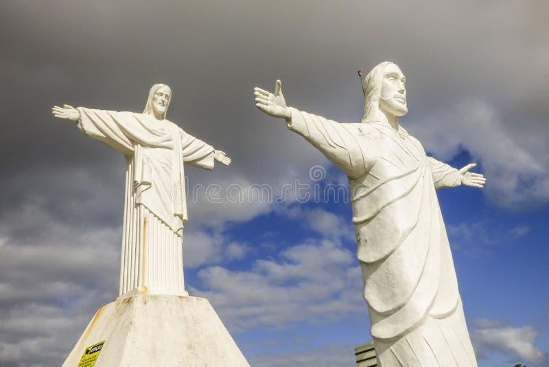 Δύο άσπρα αγάλματα Χριστού δίπλα-δίπλα στοκ φωτογραφίες
