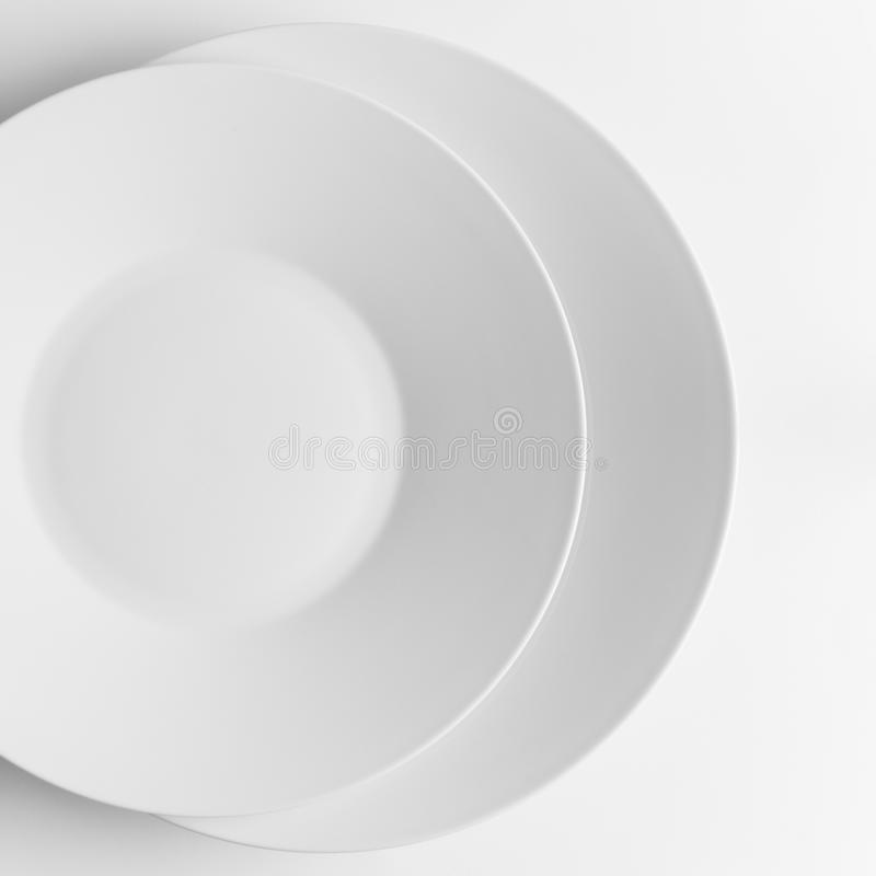 Δύο άσπρα πιάτα στοκ φωτογραφία με δικαίωμα ελεύθερης χρήσης