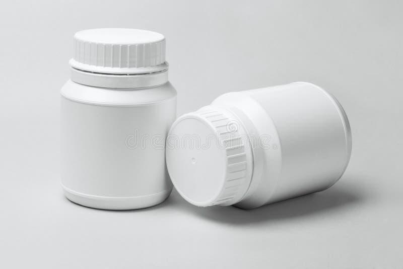 Δύο άσπρα πλαστικά εμπορευματοκιβώτια στοκ φωτογραφία με δικαίωμα ελεύθερης χρήσης