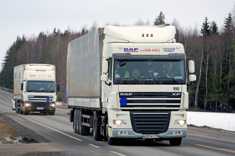 Δύο άσπρα φορτηγά Platooning φορτίου DAF στοκ εικόνες