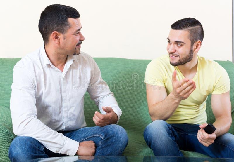 Δύο άτομα μιλούν στοκ φωτογραφία