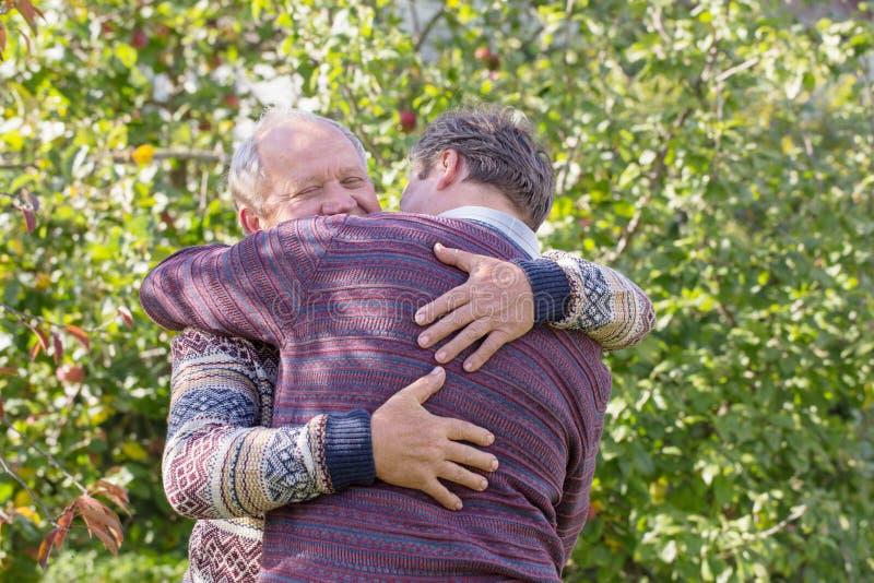 Δύο άτομα που αγκαλιάζουν το φθινόπωρο σταθμεύουν στοκ φωτογραφία με δικαίωμα ελεύθερης χρήσης