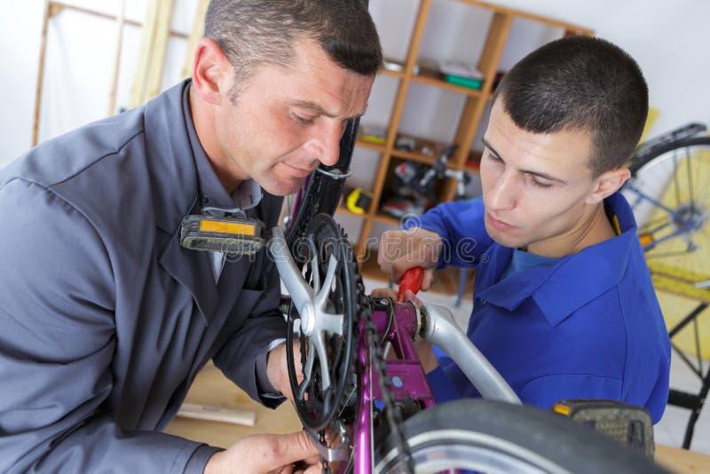 Δύο άτομα που εργάζονται στο ποδήλατο στοκ εικόνες με δικαίωμα ελεύθερης χρήσης