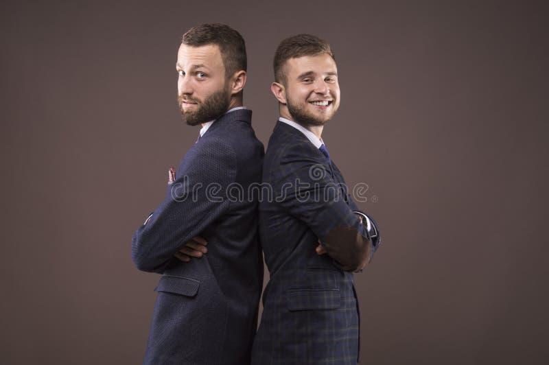 Δύο άτομα που στέκονται πλάτη με πλάτη στοκ εικόνα