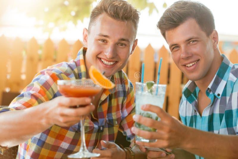 Δύο άτομα που στηρίζονται στο caffe στοκ εικόνες