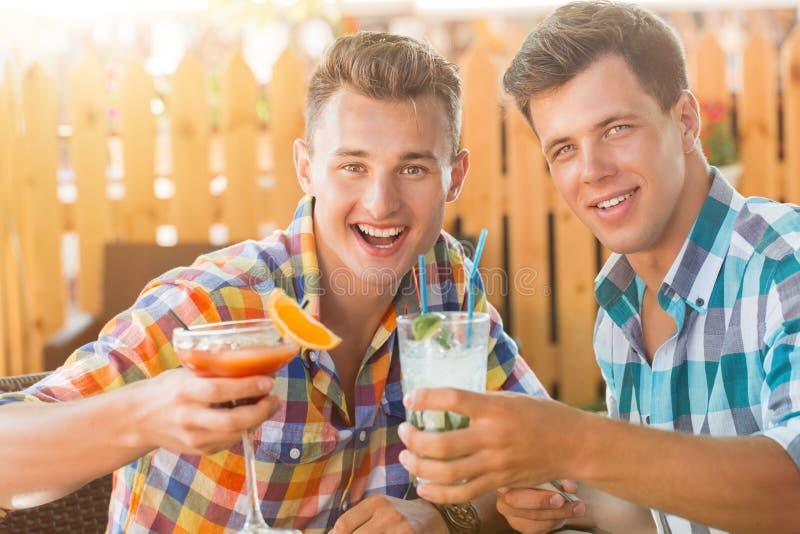 Δύο άτομα που στηρίζονται στο caffe στοκ φωτογραφίες
