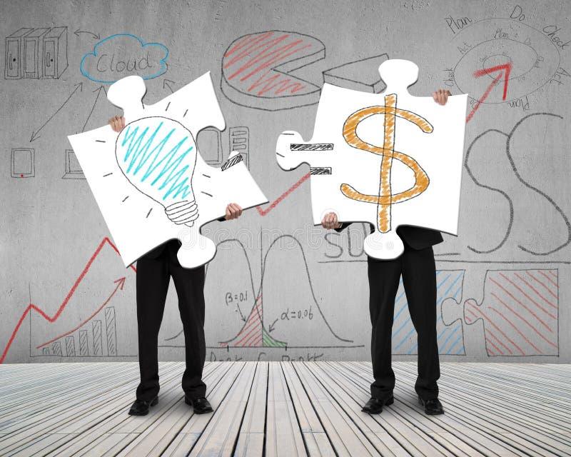 Δύο άτομα που συνδέουν τους γρίφους για την ιδέα είναι έννοια χρημάτων διανυσματική απεικόνιση