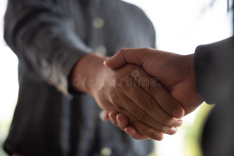 Δύο άτομα που τινάζουν τα χέρια που ανταλλάσσουν τις ιδέες στοκ εικόνες με δικαίωμα ελεύθερης χρήσης