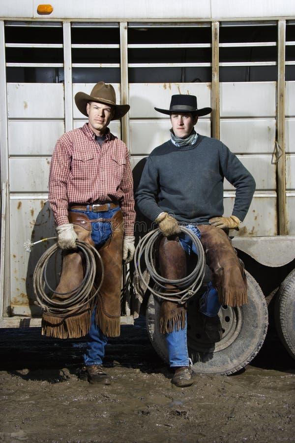 Δύο άτομα που φορούν τα λάσα εκμετάλλευσης καπέλων κάουμποϋ στοκ εικόνες με δικαίωμα ελεύθερης χρήσης