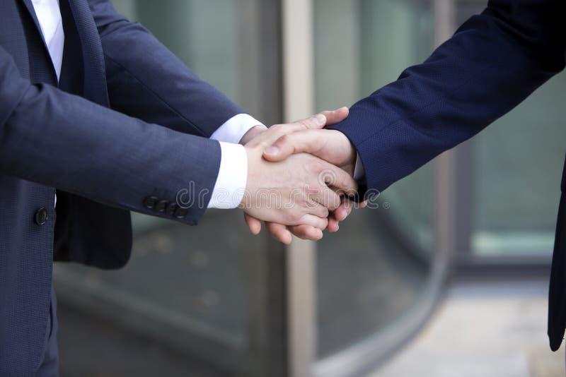 Δύο άτομα στα κοστούμια που τινάζουν τα χέρια στοκ φωτογραφίες