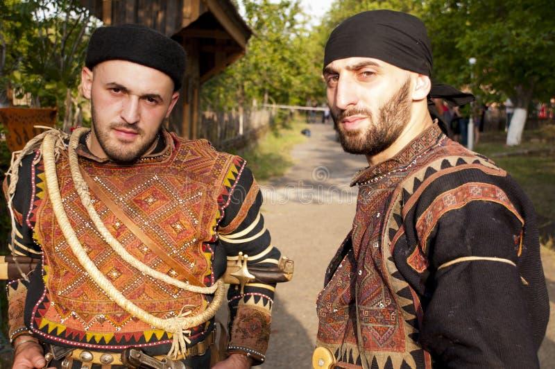 Δύο άτομα στα κοστούμια της περιοχής Khevsureti, Γεωργία στοκ εικόνα