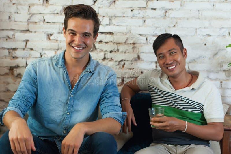Δύο άτομα χαμογελούν τη φυλή μιγμάτων φίλων καυκάσια και ασιατικά στοκ φωτογραφία με δικαίωμα ελεύθερης χρήσης