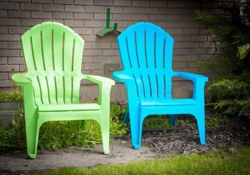 Δύο έδρες γεφυρών κήπων μπλε και πράσινες στο ευχάριστο σημείο κήπων στοκ εικόνες