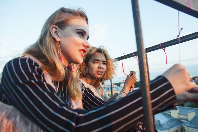 Δύο έφηβες φίλες που διασκεδάζουν στην κορυφή της σκεπής, άνθρωποι που ταξιδεύουν στην ευρώπη στοκ φωτογραφίες