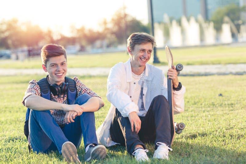 Δύο έφηβοι σε μια καλή διάθεση με skateboard στοκ φωτογραφίες με δικαίωμα ελεύθερης χρήσης