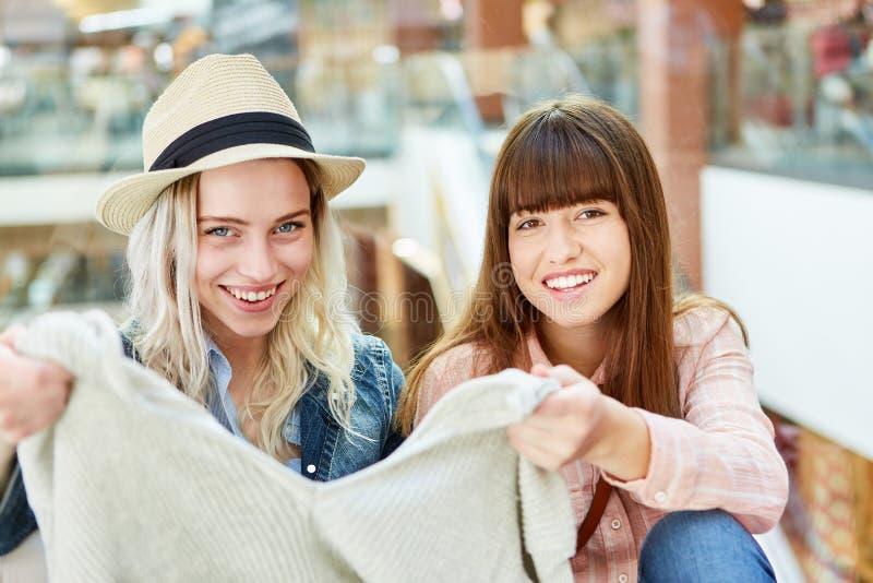 Δύο έφηβοι ως αγοραστές με τα πουλόβερ στοκ φωτογραφία