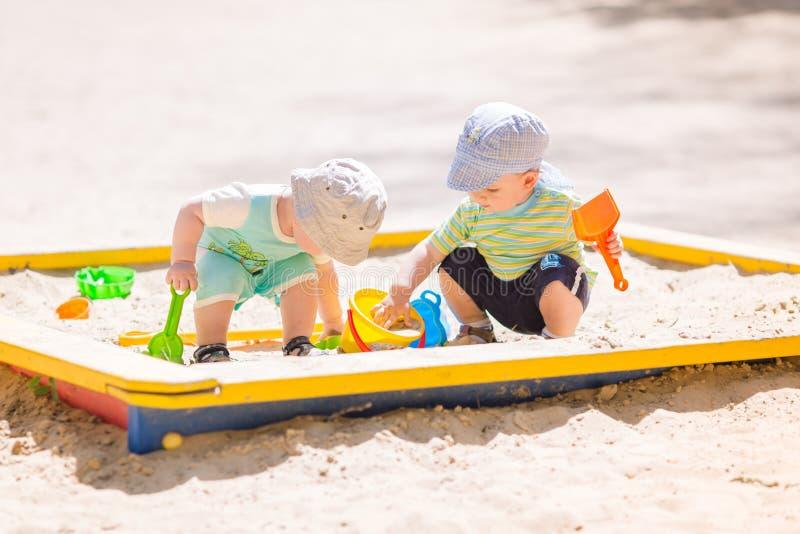 Δύο αγοράκια που παίζουν με την άμμο στοκ εικόνες