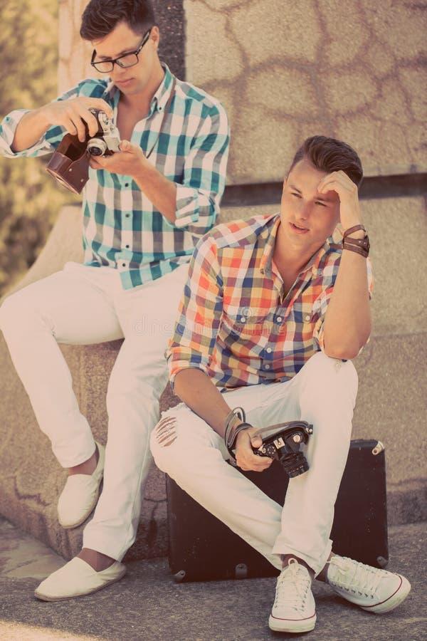 Δύο αγόρια με την αναδρομική κάμερα φωτογραφιών στοκ φωτογραφίες με δικαίωμα ελεύθερης χρήσης