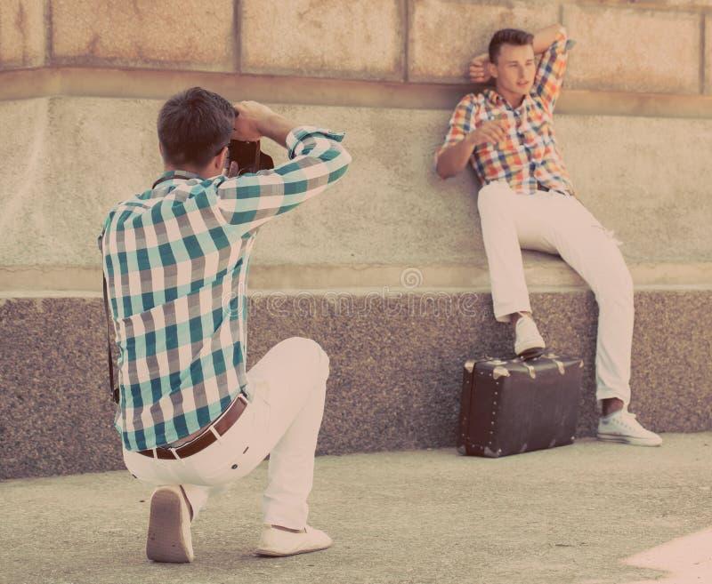 Δύο αγόρια με την αναδρομική κάμερα φωτογραφιών στοκ εικόνα με δικαίωμα ελεύθερης χρήσης
