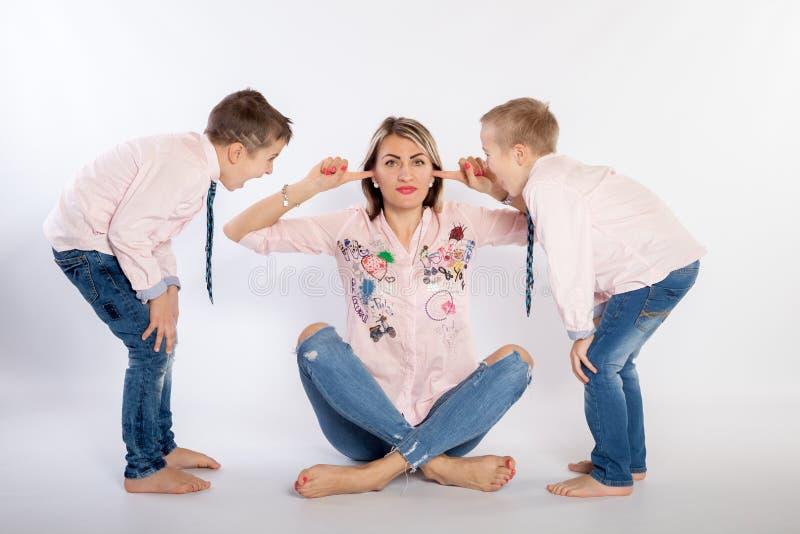 Δύο αγόρια με τη μητέρα της στοκ εικόνα
