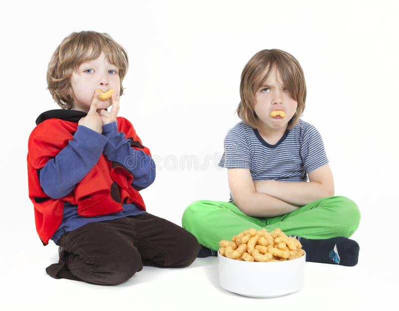 Δύο αγόρια με τις ριπές φυστικιών στοκ φωτογραφία με δικαίωμα ελεύθερης χρήσης