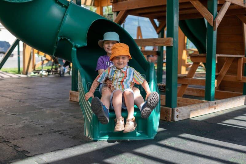 Δύο αγόρια παίζουν στην παιδική χαρά στοκ φωτογραφίες