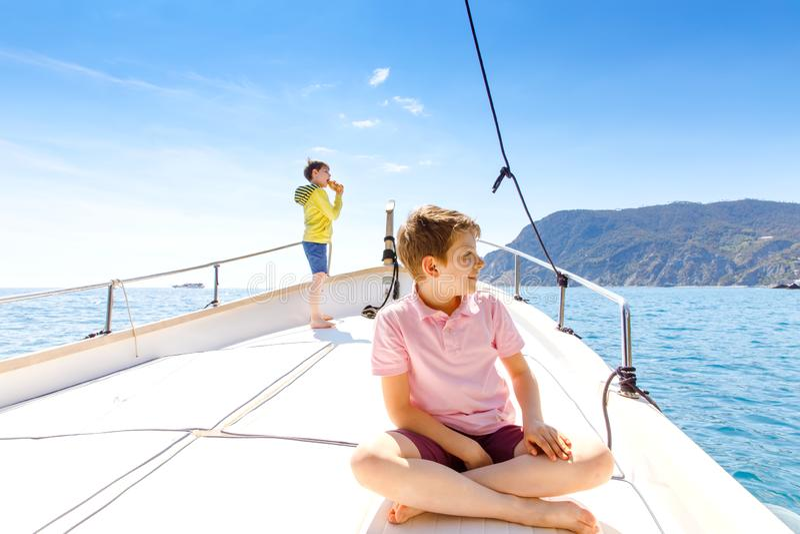 Δύο αγόρια παιδάκι, απόλαυση καλύτερων φίλων που πλέουν το ταξίδι βαρκών Οικογενειακές διακοπές στον ωκεανό ή τη θάλασσα την ηλιό στοκ φωτογραφία