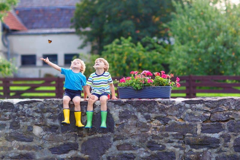 Δύο αγόρια παιδάκι που κάθονται μαζί στη γέφυρα πετρών στοκ εικόνες με δικαίωμα ελεύθερης χρήσης
