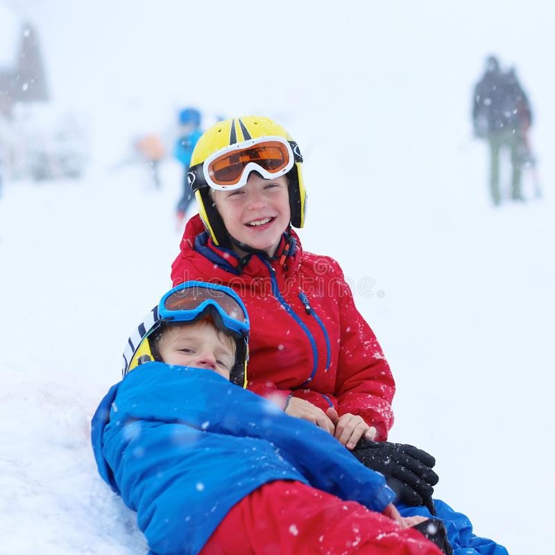 Δύο αγόρια που απολαμβάνουν τις διακοπές χειμερινών σκι στοκ εικόνα με δικαίωμα ελεύθερης χρήσης