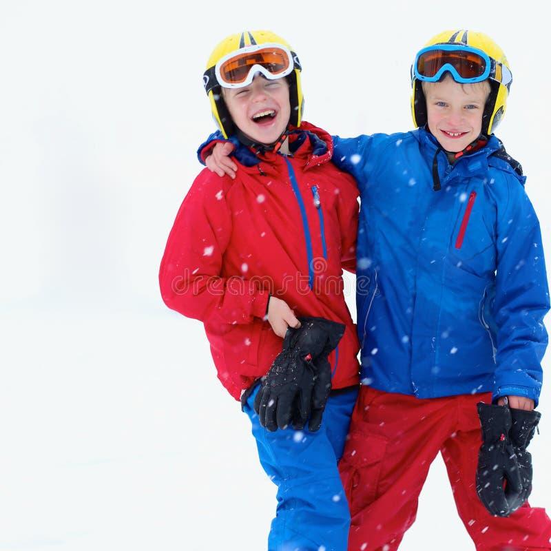 Δύο αγόρια που απολαμβάνουν τις διακοπές χειμερινών σκι στοκ εικόνα