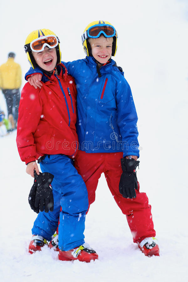 Δύο αγόρια που απολαμβάνουν τις διακοπές χειμερινών σκι στοκ φωτογραφία με δικαίωμα ελεύθερης χρήσης